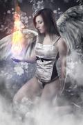 Enkeli valkoiset siivet nainen, jolla tulipallo yli vintage tausta Piirros