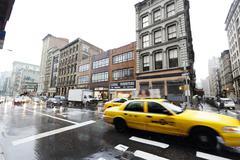 Keltainen taksi liikenne sateinen broadway manhattan new-york Kuvituskuvat