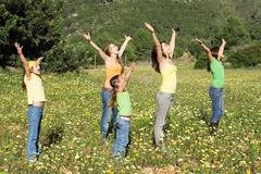 Perheyhteisön kädet ylhäällä laulaa Kuvituskuvat