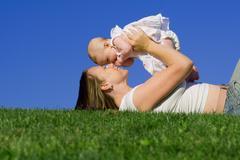 Onnellinen äiti tai äiti leikkii tyttövauva Kuvituskuvat