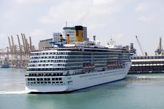 Cruise ship navigatin in port Kuvituskuvat