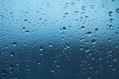 Vesipisarat ikkuna sateen jälkeen Kuvituskuvat