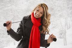 Multietninen nainen hymyilee lumi Kuvituskuvat
