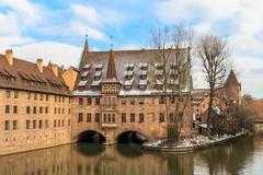 Nürnberg, vanha keskiaikainen sairaala jokea pitkin, saksa Kuvituskuvat
