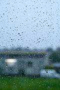 Sade putoaa ikkunasta Kuvituskuvat