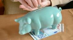 Eläkeläinen kädet laittoi eurokolikoita otetaan possu-pankki Arkistovideo