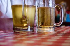 Kaksi lasillista olutta Kuvituskuvat