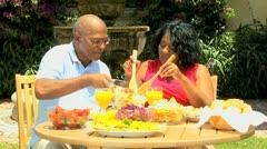 Vanhempi Afrikkalainen amerikkalainen pari nauttia terveellisen aterian Arkistovideo
