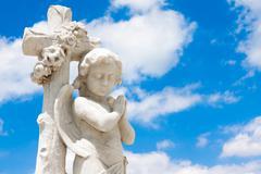 Kaunis lapsi enkeli sininen taivas taustalla Kuvituskuvat