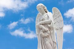 Kaunis enkeli sininen taivas taustalla Kuvituskuvat