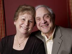 Vanhempi pari hymyilee yhdessä Kuvituskuvat