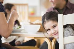 Hymyilevä tyttö istuu pöydän Kuvituskuvat