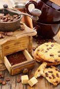 Kahvimylly, kupit ja keksejä. Kuvituskuvat