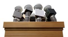 Lehdistötilaisuudessa mikrofonit ja palkintokorokkeelle Piirros