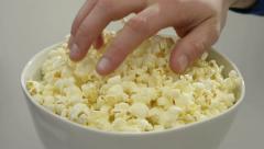 Käsi tarttumalla popcornia - tarttumalla popcornia kulhoon Arkistovideo