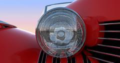 Ajovalojen ja huppu punainen retro auto Piirros