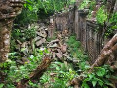 Jungle eating the amazing temple of beng mealea (12th cent.), near angkor wat Stock Photos