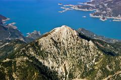Rocky mountain top lähellä järvi, ilmakuva Kuvituskuvat