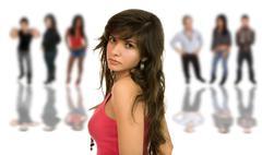 Kaunis nuori tyttö edessä ihmisryhmän, eristetty Kuvituskuvat