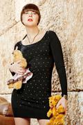 Tyttö otsatukka musta mekko poseeraa nallekarhuja Kuvituskuvat