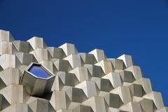 Futuristinen rakennus pieni ikkuna Kuvituskuvat