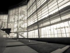 Toimistorakennus yöllä Kuvituskuvat
