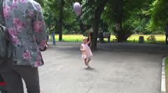Lapsi leikkii Balloon Park, Little Girl Walking in Park, Children Arkistovideo