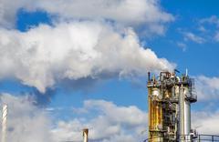 Teollisuuden savu savupiippu on sininen taivas Kuvituskuvat