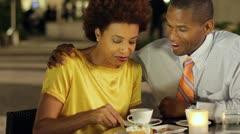 Afrikkalainen amerikkalainen pari kahvila jälkiruoka Arkistovideo