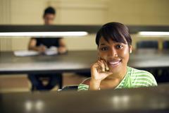 Korkeakoulun kirjasto ja naisten opiskelija, musta nainen kameran Kuvituskuvat