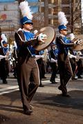 Marssiorkesteri symbaali pelaajat esiintymään Atlanta joulu paraati Kuvituskuvat