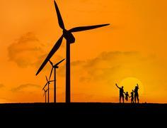 Tuulivoimalat ja perheen kanssa auringonlasku Kuvituskuvat