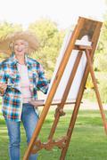 Hymyilevä nainen maalaus puistossa Kuvituskuvat