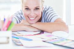 Nainen suunnittelija poseeraa pöytänsä Kuvituskuvat