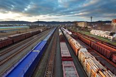 Rahti asemalle junat auringonlaskun Kuvituskuvat