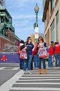 Boston - Huhti 20: Red Sox fanit lähellä Fenway Park 20. huhtikuuta 2013 Boston, Kuvituskuvat
