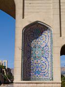 Kukka kuvio mosaiikki koristelu holvissa Koraanin portti Shiraz Iranissa Kuvituskuvat