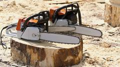 Moottorisahat työstöön puun juuri kaadetun puun kanto. Kuvituskuvat