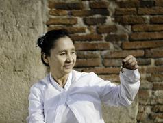 Nainen pelissä kelloa, perinteisesti käytetään tuen meditaatio buddhalainen kult Kuvituskuvat
