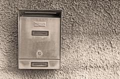 Metalli postilaatikko seepiansävyisinä Kuvituskuvat