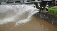 Hochwasser Feuerwehr pumpt ab Stock Footage