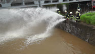 Stock Video Footage of Hochwasser Feuerwehr pumpt ab