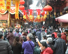 Crowds on Shanghai Yuyuan Chinese Festivals temple fair Stock Footage