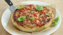 A deep dish pizza with basil leaves (Chicage, USA) Stock Footage