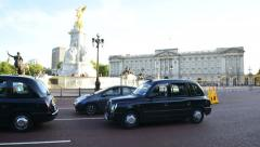 Timelapse of traffic and tourists outside Buckingham Palace in London Stock Footage