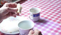 Vanhuksen yksin syöminen Arkistovideo