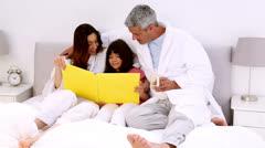 Vanhemmat ja heidän daugher käsittelyssä varaa Arkistovideo