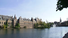 Hofvijver pond + fountain pan Binnenhof, the centre of Dutch politics Stock Footage