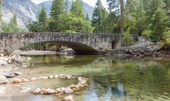 Viehättävä silta Yosemite valley Kuvituskuvat