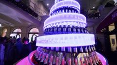 Spiral torni samppanjaa pulloja salissa kauppakeskus GUM Arkistovideo